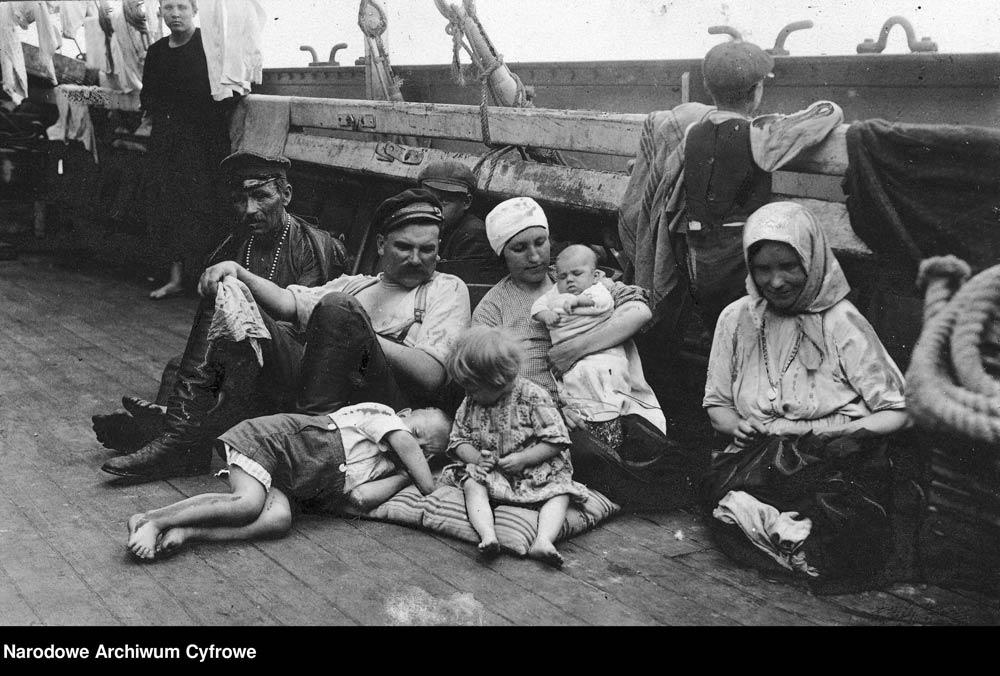 Emigranci na pokładzie statku podczas podróży