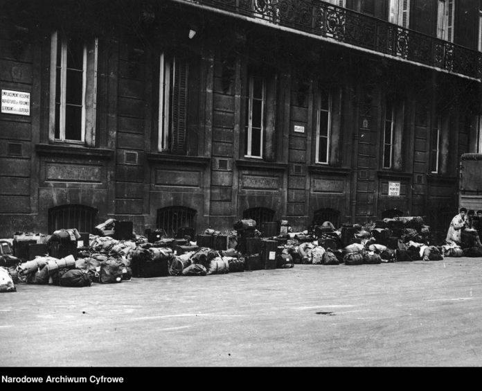 Polscy-emigranci-przed-Dworcem-Północnym-w-Paryżu