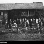 Zamożny kolonista z gośćmi w święto Bożego Narodzenia przed domem. Daty skrajne 1929